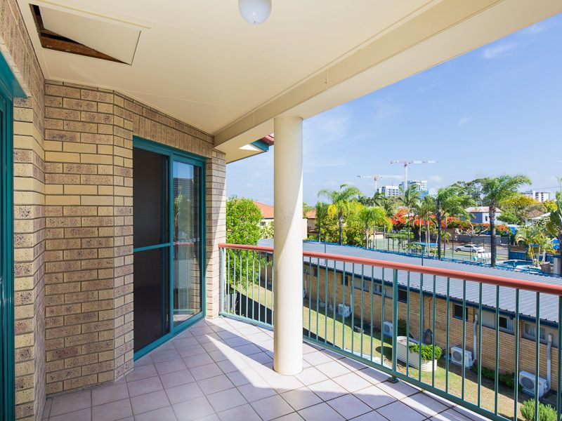TOP FLOOR - TWO BEDROOM - TWO BATHROOM>
