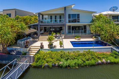 Stunning 50sq Luxury Waterfront Home in Central Location
