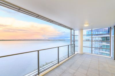 Huge House-Like Apartment - Stunning Views Across the Broadwater and Beyond!