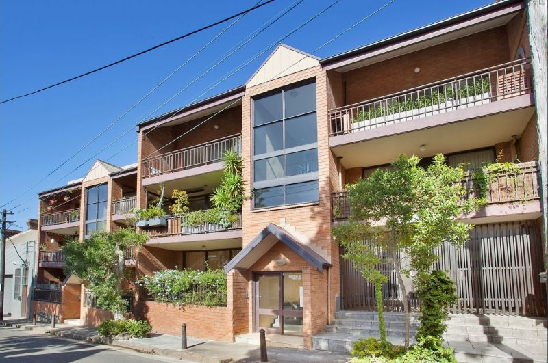Well Maintained original condition 2 Bedroom Unit in Surry Hills