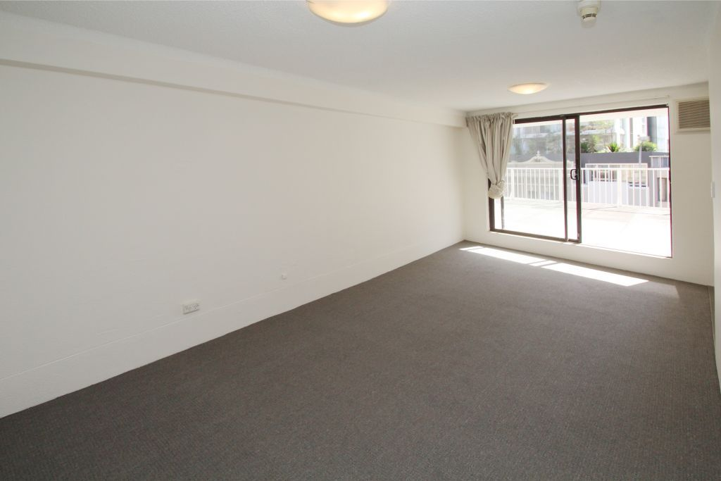 SPACIOUS STUDIO WITH ENORMOUS TERRACE, RIGHT IN THE HEART OF BONDI JUNCTION!