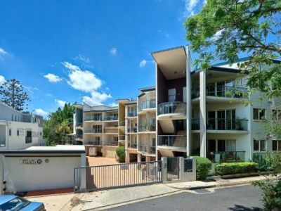 3 BEDROOM APARTMENT PERFECT FOR SHARING. UNREAL LOCATION AND FANTASTIC VALUE!!!