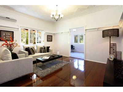 Immaculate Art Deco Apartment-  2 Huge bedrooms + Sunroom/study