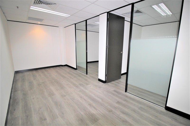 MODERN OFFICE IN PRESTIGIOUS BUILDING!