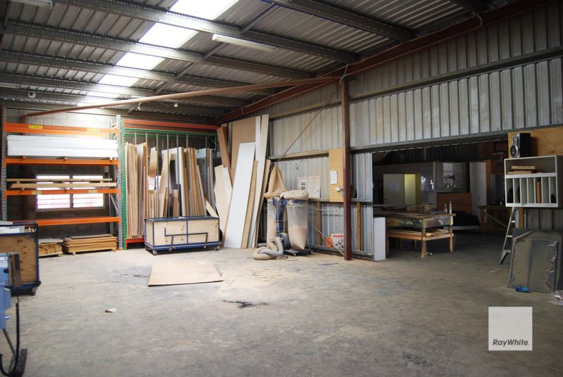 179 sqm warehouse with office on Paisley Drive