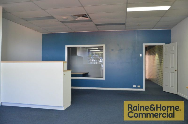 Business Premises in a Quiet Street with Private Garage