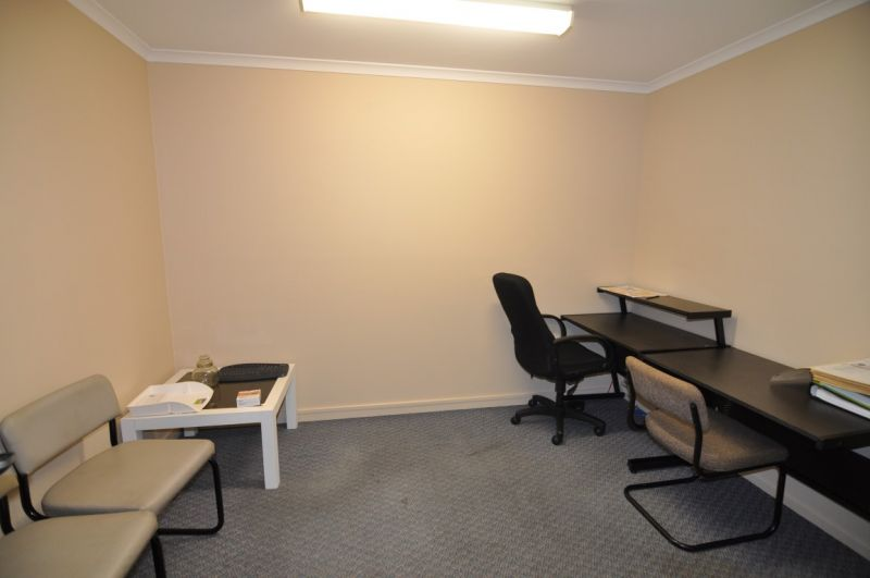 Well presented Kirwan office with on site parking