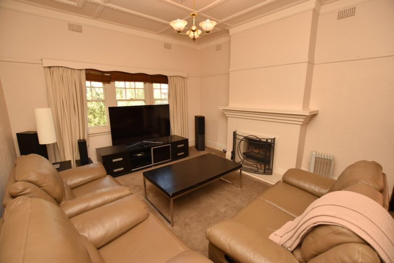 Stunning Fully Furnished Three Bedroom in South Melbourne!