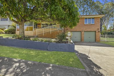 The Cutest House in Ferny Hills + Bonus 2nd Lounge/4th Bedroom on 607sqm, walk to train.