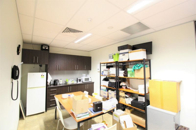 PRIME MEDICAL/COMMERCIAL SUITE IN PROFESSIONAL BUILDING!