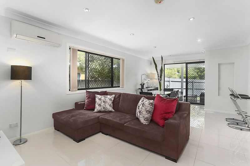 Stylishly appointed townhouse with low body corporate fees