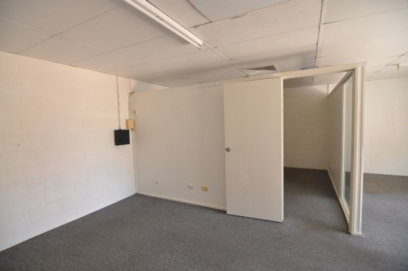 Affordable warehouse unit close to city and port