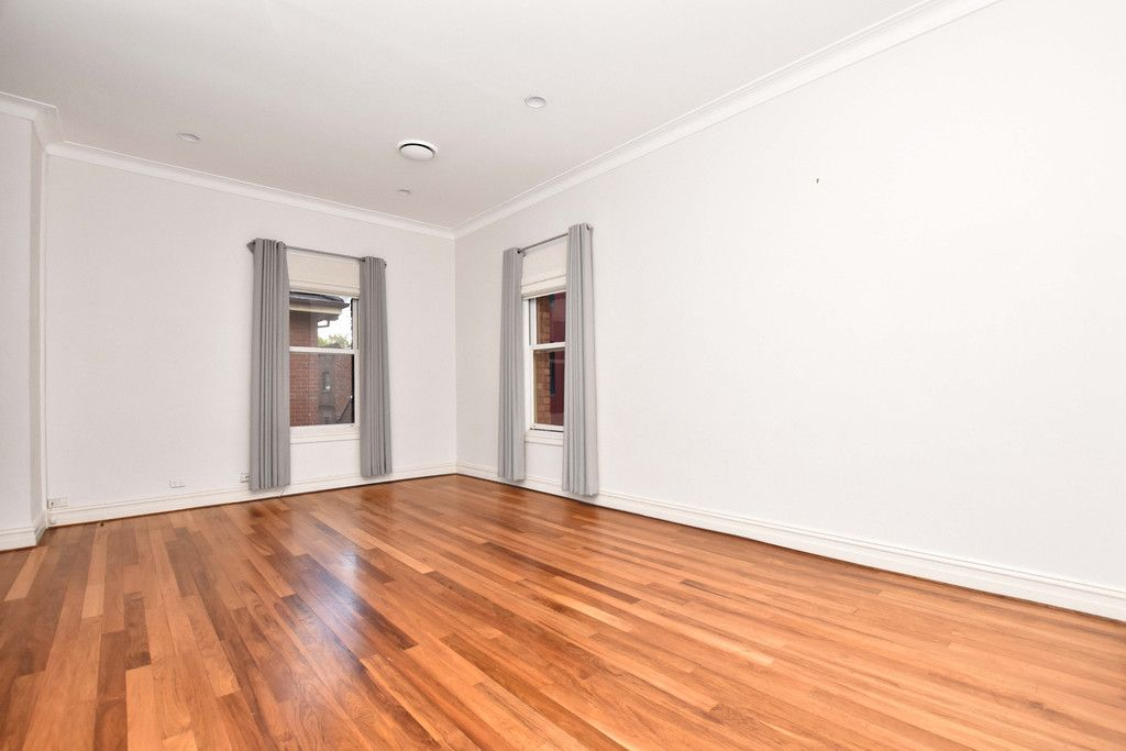 Unfurnished Three Bedroom Apartment in the Heart of Melbourne!