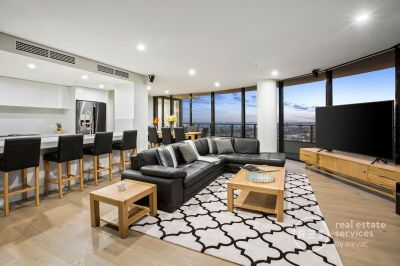 Sub-penthouse guaranteeing renovated luxury and stellar views