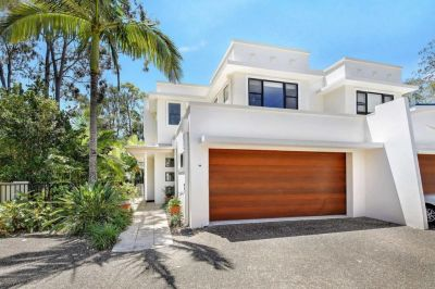 MODERN & SPACIOUS TOWNHOUSE WITH LARGE YARD