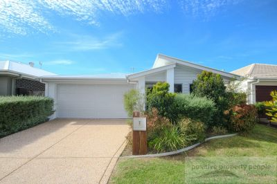 2 Separate Living, Air-Con & Huge Backyard!