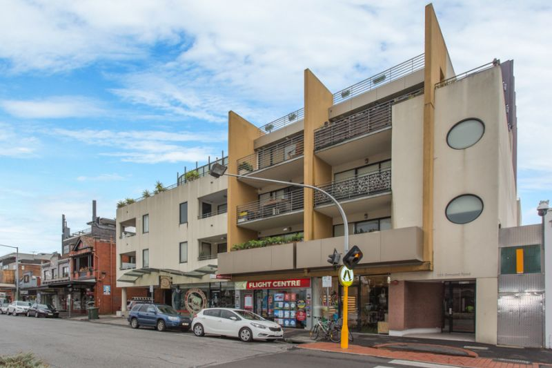 UNDER ACCEPTED APPLICATION - LARGE AND CONTEMPORARY IN THE HEART OF ELWOOD