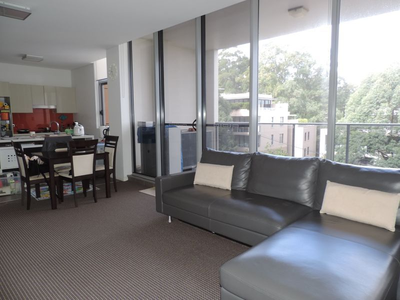 Light & Bright 2 Bedroom Apartment - Walk to Rail