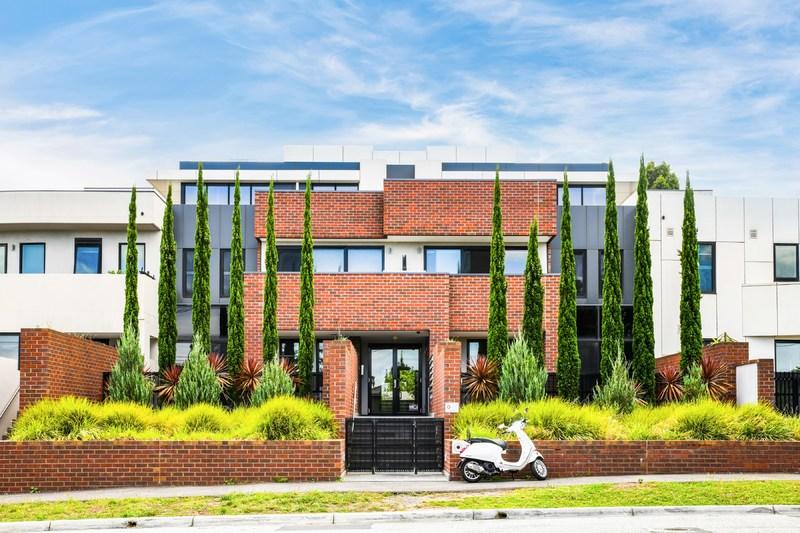 Stylish Style With Extra-large Entertaining Terrace