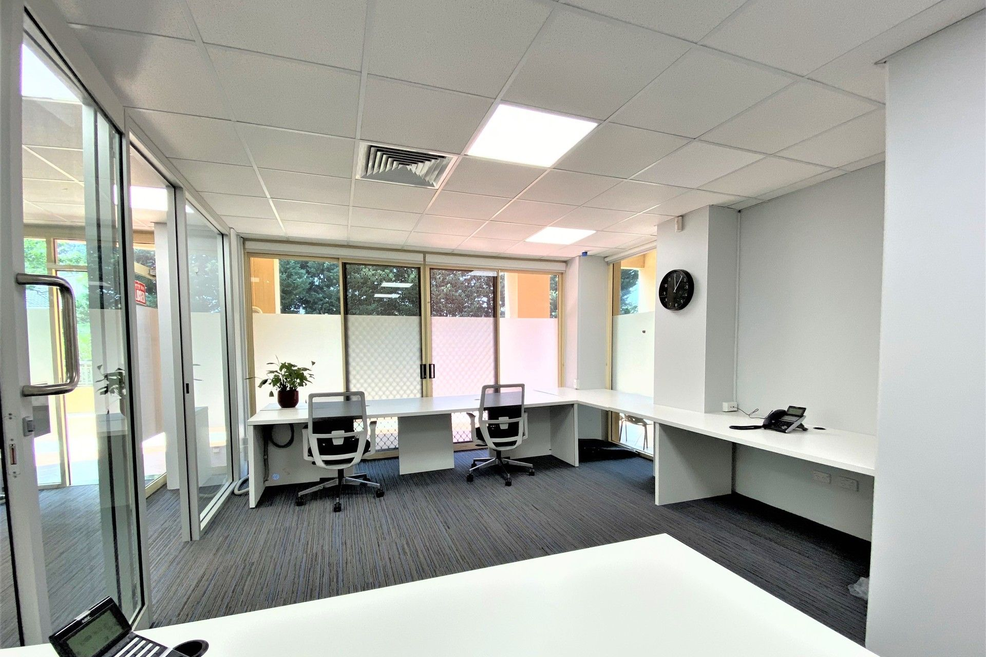 PROFESSIONAL GROUND FLOOR OFFICE READY TO GO!