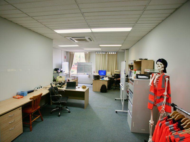 WAREHOUSE / OFFICE, GREAT EXPOSURE.