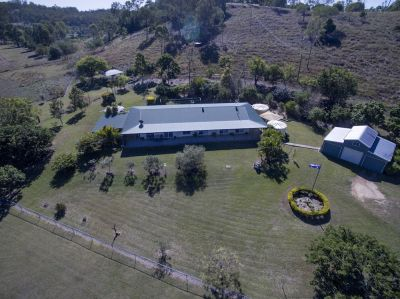 LARGE FAMILY HOME ON 25 ACRES WITH 5 CAR ACCOMMODATION!