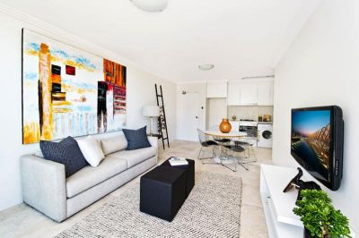 LOVELY TWO BEDROOM APARTMENT DIRECTLY OPPOSITE MAROUBRA BEACH
