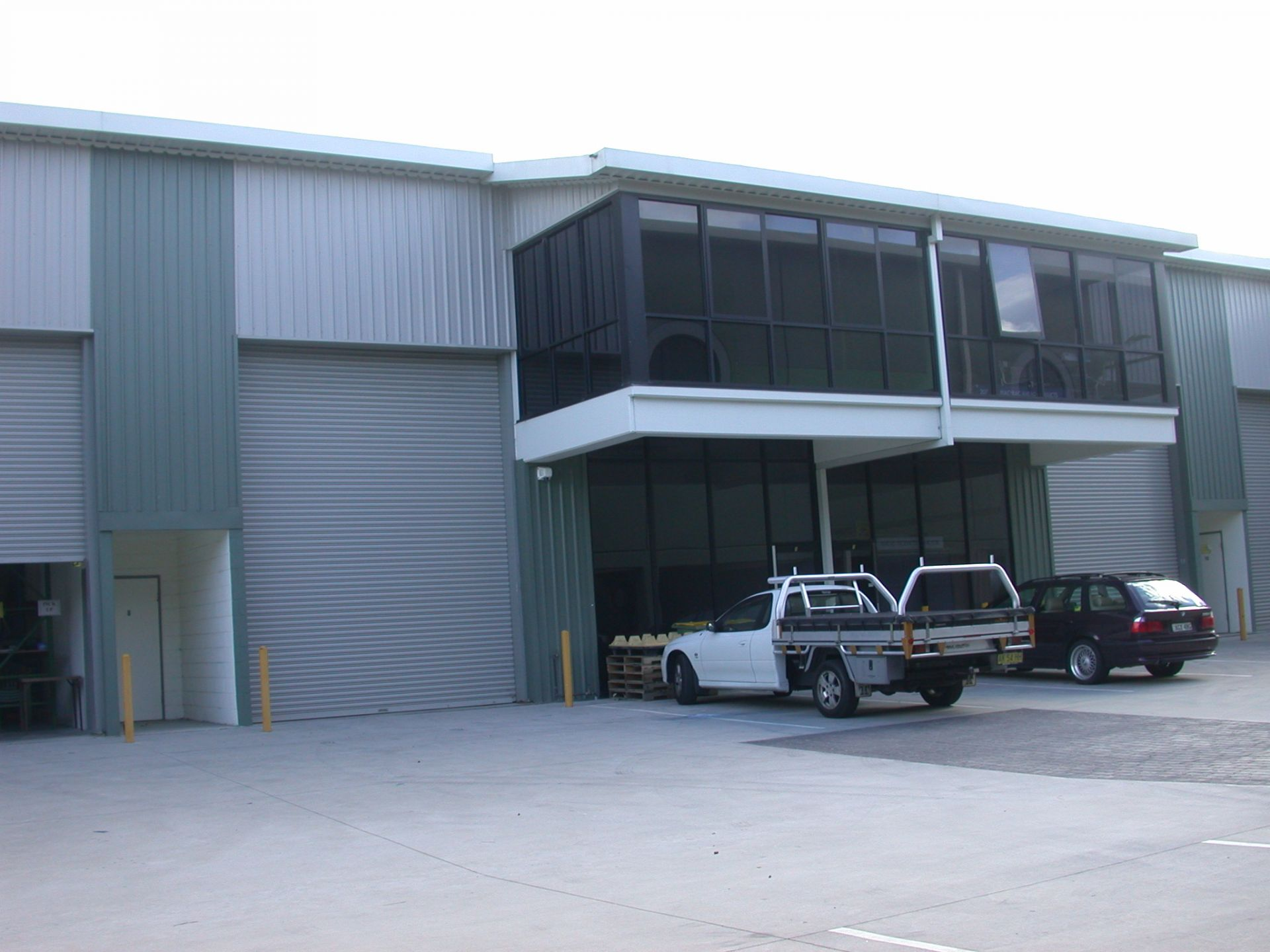 INDUSTRIAL UNIT WITH HIGH CLEARANCE WAREHOUSE