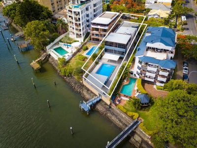 873 m2 of Prime River Front Location with Pool, Sky Deck and Beautiful views - Bring Your Boat