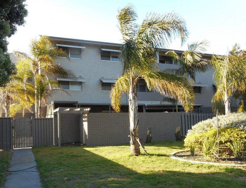 GROUND FLOOR UNIT WITH PRIVATE COURT YARD