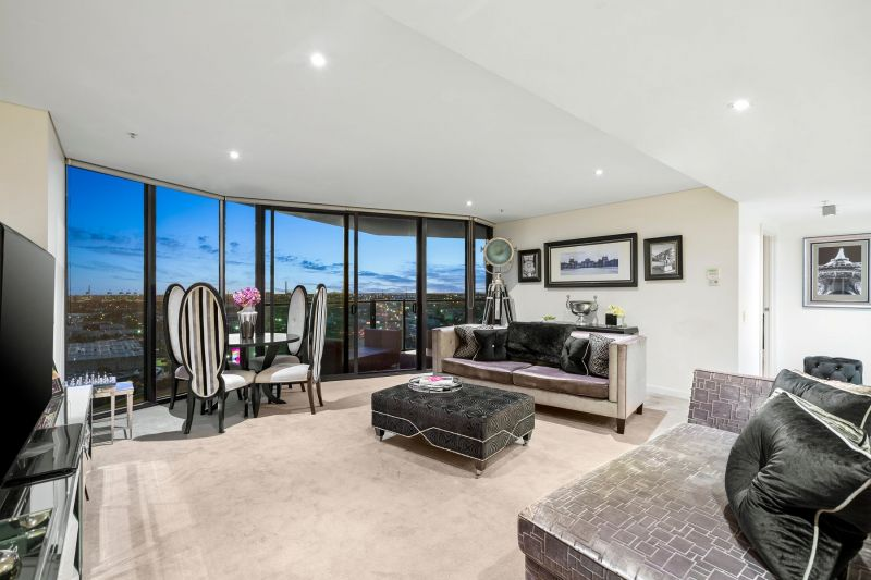 Spacious open living and brilliant Port Phillip Bay vista
