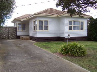 Renovated Delight- walking distance to Laverton station