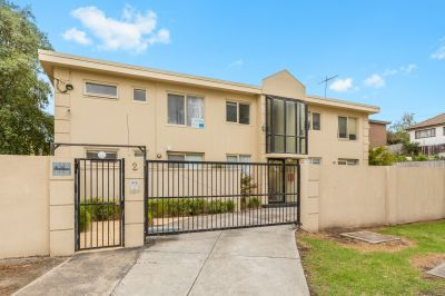 Just like new! No doubt this apartment is right for you!