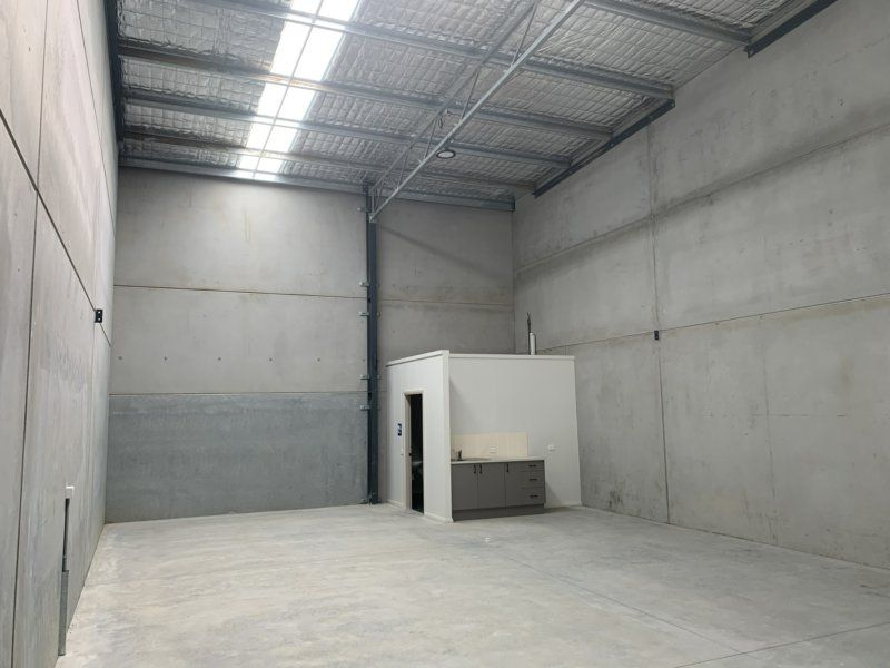 Brand new unit positioned next to M1 Motorway!