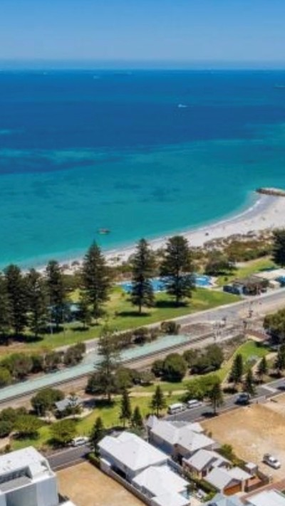 Beach House Living - . Five minute stroll to beach, located in quite peaceful neighborhood close to schools, cafes, shops, public transport and parks