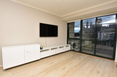 Harbourview: Charming Two Bedroom Abode in the Heart of Melbourne!