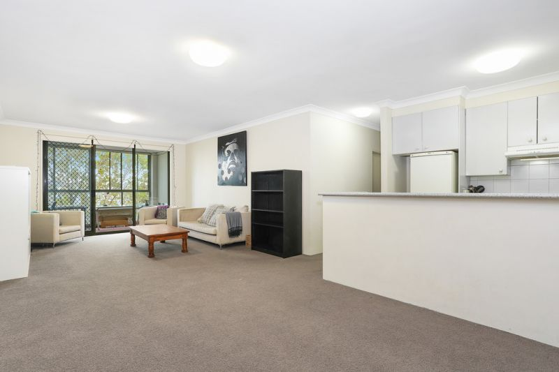 Beautiful spacious apartment situated on the top floor of this complex, in the heart of the City