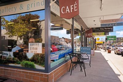 Café with main street frontage in a booming lakes side suburb