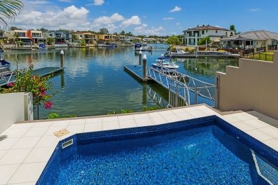 38sq of Luxury! North to Water and Presents as New!