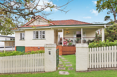 Short term 3 month lease in 3 bedroom Renovated Qld cottage with large deck and backyard
