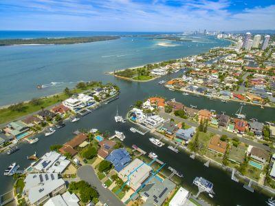Supersized Waterfront Villa - Bridge free access to Broadwater!
