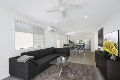 Stylish and Easy Paradise Point Living!