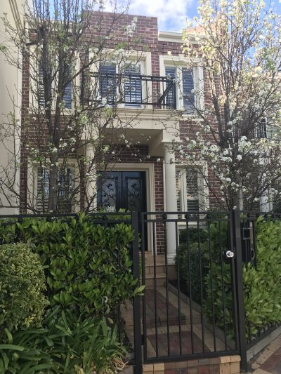 Bright & Spacious Tri-Level Townhouse minutes to Church St