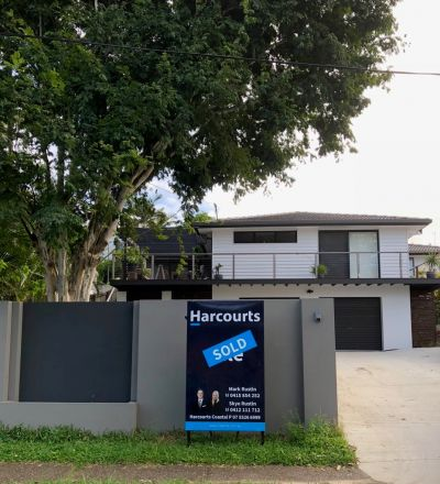 Spacious & Elevated Family Home in Central Benowa Waters