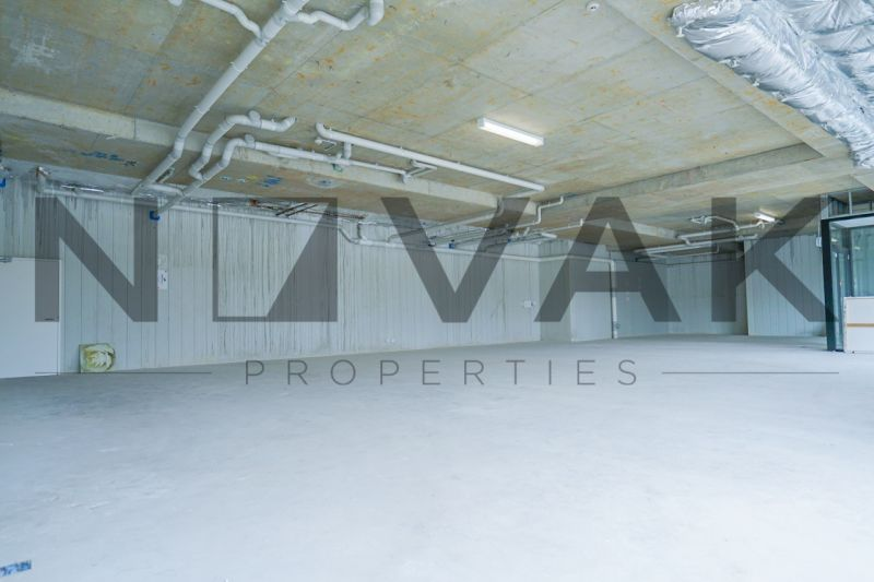 FULL SIZED SHOWROOM DIRECTLY ONTO PITTWATER ROAD