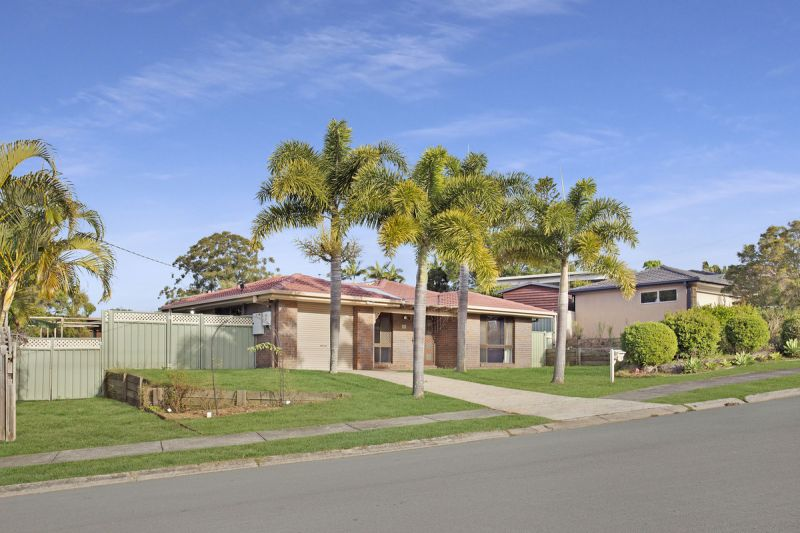 FRESHLY PAINTED LARGE 3 BED HOME WITH 2 LIVING AREAS AND HUGE BACKYARD