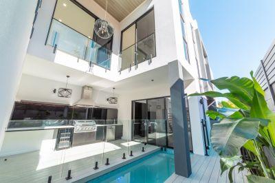 Brand New Luxurious Villa in Trendy Mermaid
