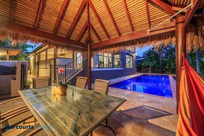 1/4 Acre Tropical Hideaway - Room to Move !