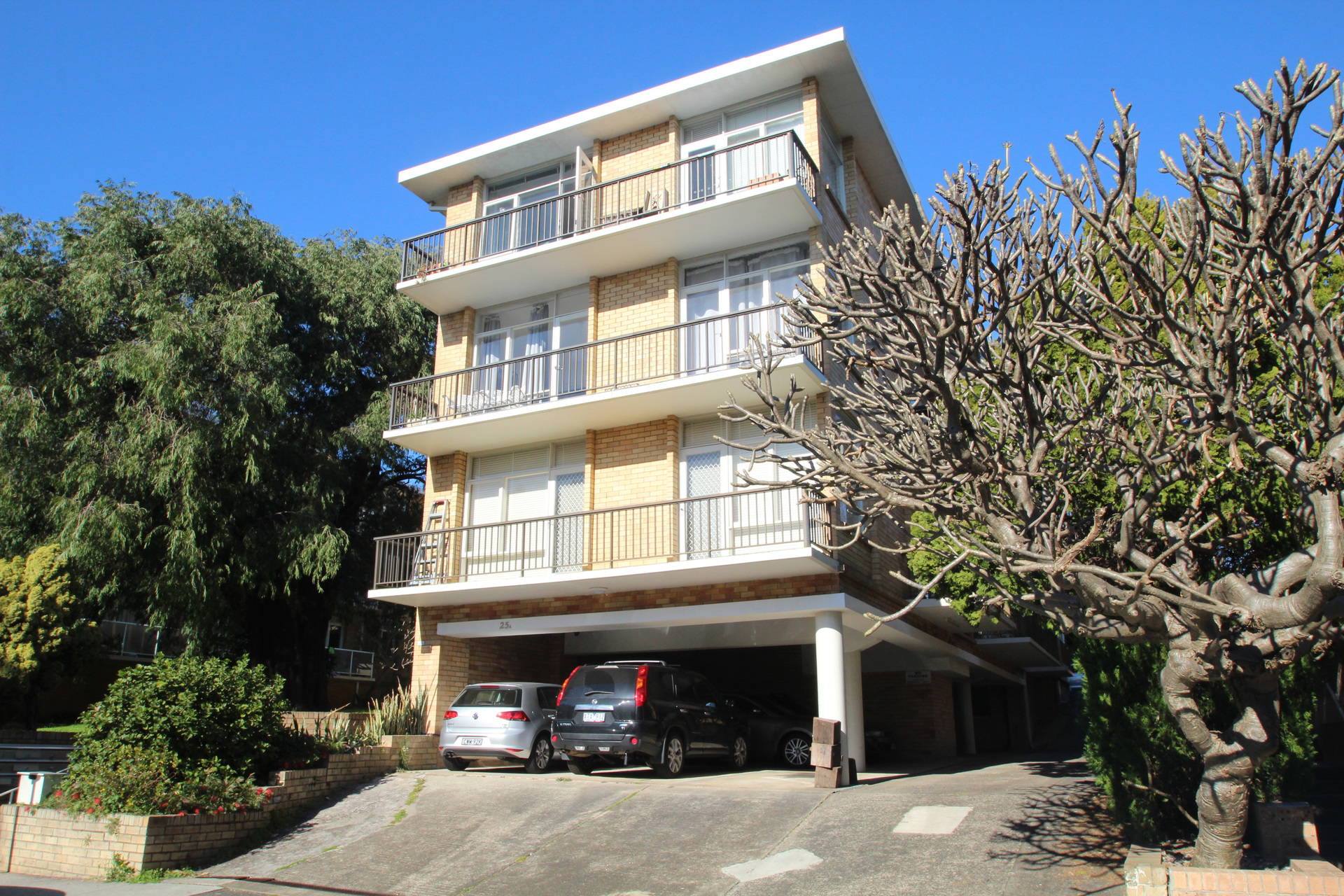 Spacious & Bright 2 Bedroom Apartment in Quiet Beachside Location!