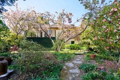 Magnificent 3 bedroom house in iconic garden with studio